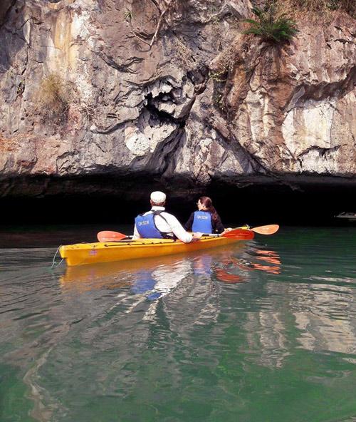 Vợ chồng Angelina Jolie tự chèo thuyền thăm vịnh Hạ Long - 5