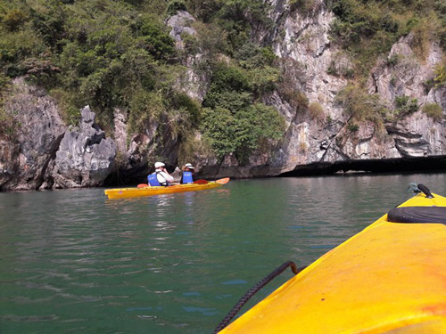 Vợ chồng Angelina Jolie tự chèo thuyền thăm vịnh Hạ Long - 6