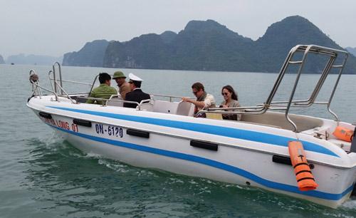 Vợ chồng Angelina Jolie tự chèo thuyền thăm vịnh Hạ Long - 2