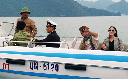 Vợ chồng Angelina Jolie tự chèo thuyền thăm vịnh Hạ Long - 4