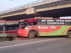 Tin tức trong ngày - 2 xe khách đâm nhau trên cao tốc Nội Bài: Do giành khách?