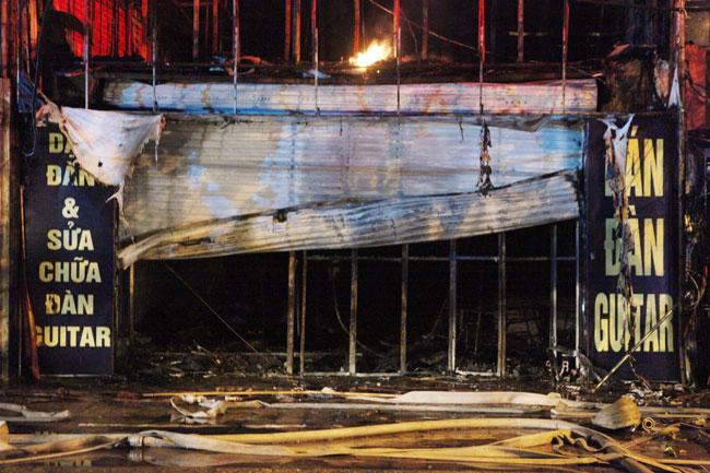 Hà Nội: Lửa thiêu rụi 2 ngôi nhà trong đêm - 11