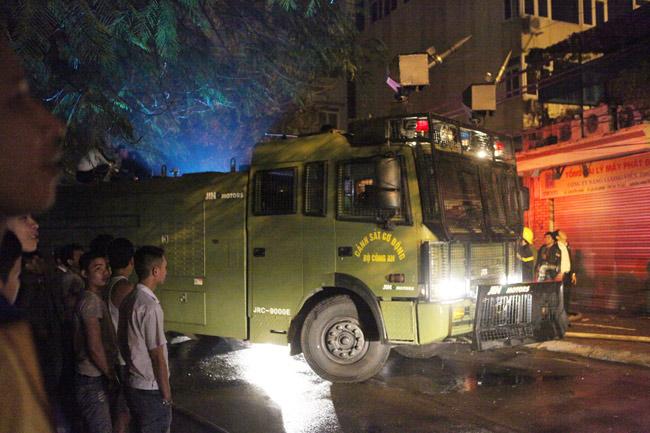 Hà Nội: Lửa thiêu rụi 2 ngôi nhà trong đêm - 7