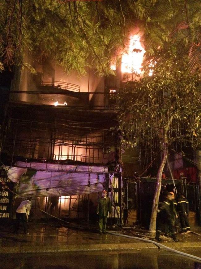 Hà Nội: Lửa thiêu rụi 2 ngôi nhà trong đêm - 2