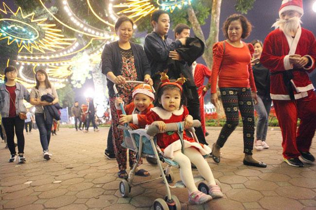 Ảnh: Người Hà Nội đón Giáng sinh sớm - 1