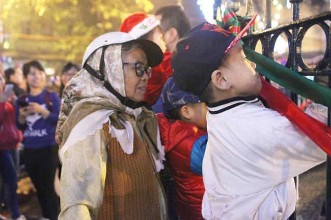 Ảnh: Người Hà Nội đón Giáng sinh sớm - 9