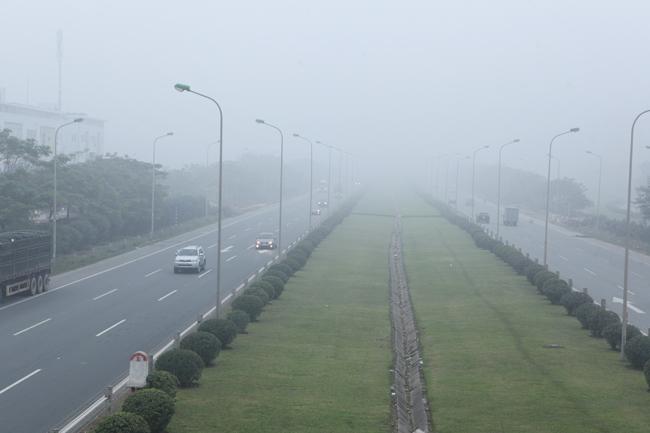 Ảnh: Sương mù dày đặc bao phủ Hà Nội - 4