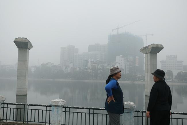 Ảnh: Sương mù dày đặc bao phủ Hà Nội - 8