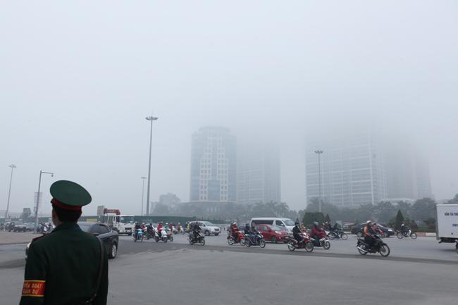 Ảnh: Sương mù dày đặc bao phủ Hà Nội - 11