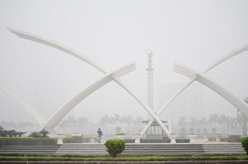 Ảnh: Sương mù dày đặc bao phủ Hà Nội - 17