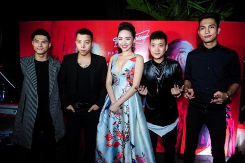 Tóc Tiên gợi cảm ra mắt MV 'ăn chơi' - 3