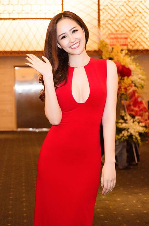 Mai Phương Thúy liên tiếp ghi điểm nhờ váy áo - 1
