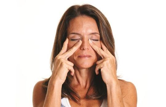 5 động tác đơn giản giúp ngăn ngừa nếp nhăn - 2