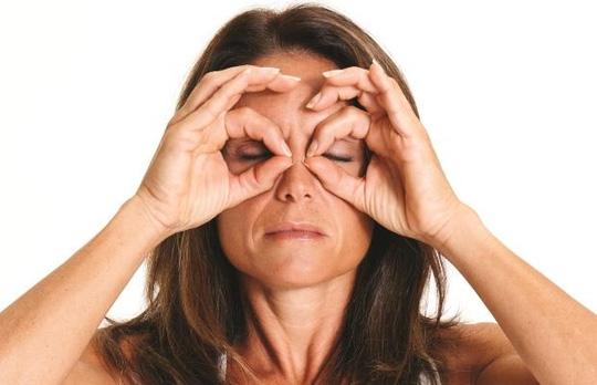 5 động tác đơn giản giúp ngăn ngừa nếp nhăn - 3