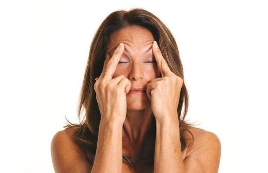 5 động tác đơn giản giúp ngăn ngừa nếp nhăn - 1