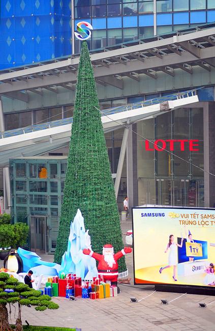 """Ngắm những cây thông Noel """"siêu khủng"""" ở Hà Nội - 12"""