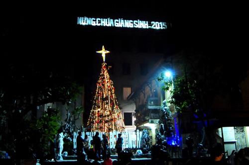 """Ngắm những cây thông Noel """"siêu khủng"""" ở Hà Nội - 14"""