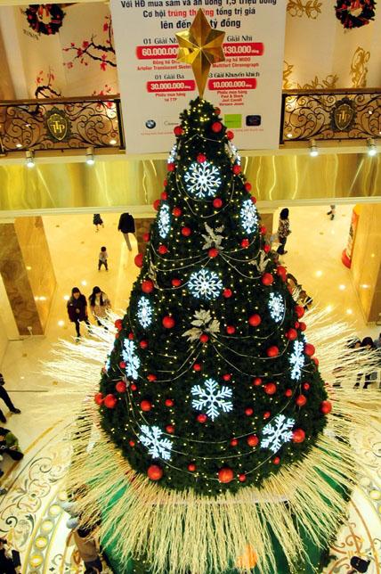 """Ngắm những cây thông Noel """"siêu khủng"""" ở Hà Nội - 5"""