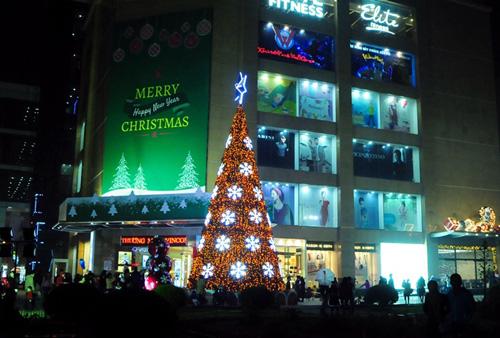 """Ngắm những cây thông Noel """"siêu khủng"""" ở Hà Nội - 8"""