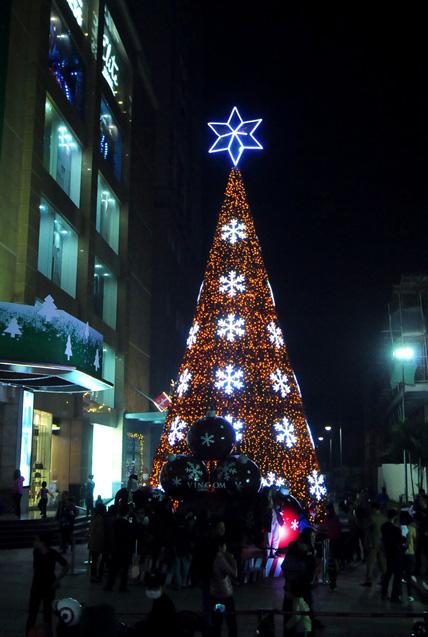 """Ngắm những cây thông Noel """"siêu khủng"""" ở Hà Nội - 9"""