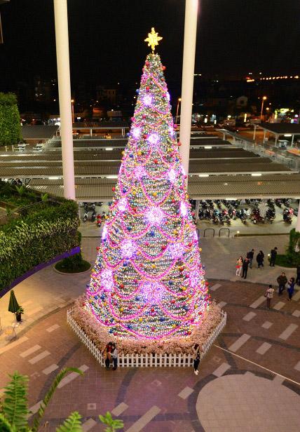 """Ngắm những cây thông Noel """"siêu khủng"""" ở Hà Nội - 2"""