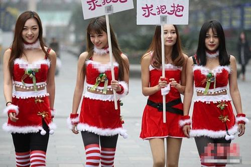 4 'bà Noel' cầm biển 'xin ôm' trên phố - 1
