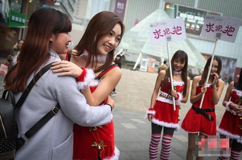4 'bà Noel' cầm biển 'xin ôm' trên phố - 2