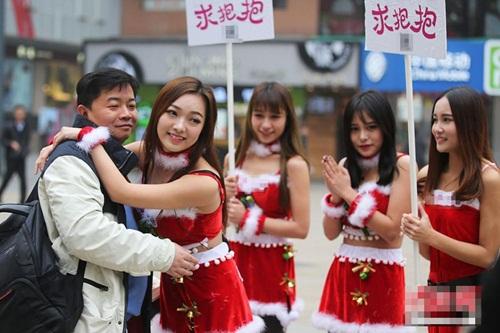 4 'bà Noel' cầm biển 'xin ôm' trên phố - 3
