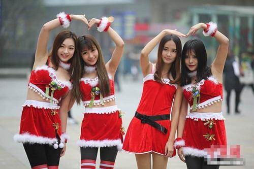 4 'bà Noel' cầm biển 'xin ôm' trên phố - 6