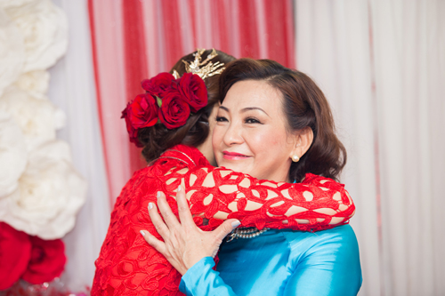 Á hậu Diễm Trang được đón bằng siêu xe trong đám hỏi - 3