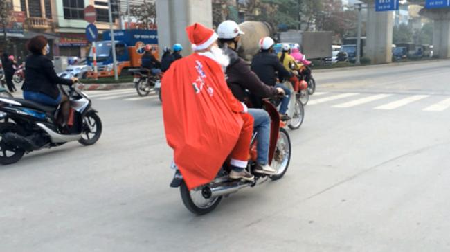 Clip: Ông già Noel cưỡi xe máy, vượt đèn đỏ đi phát quà - 1
