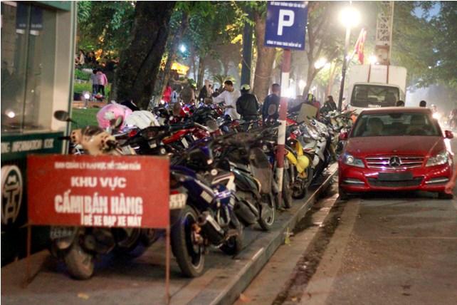 Hà Nội: Giá vé gửi xe máy tăng 10 lần trong đêm Noel - 1