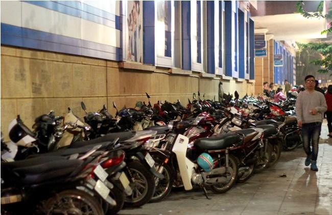 Hà Nội: Giá vé gửi xe máy tăng 10 lần trong đêm Noel - 2