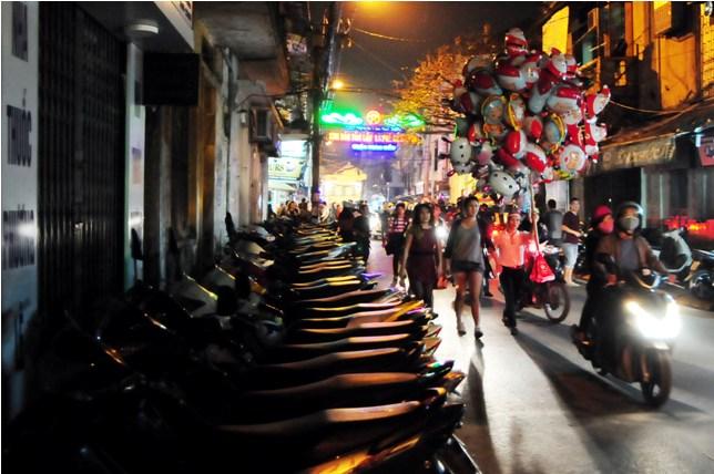 Hà Nội: Giá vé gửi xe máy tăng 10 lần trong đêm Noel - 3