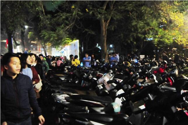Hà Nội: Giá vé gửi xe máy tăng 10 lần trong đêm Noel - 6