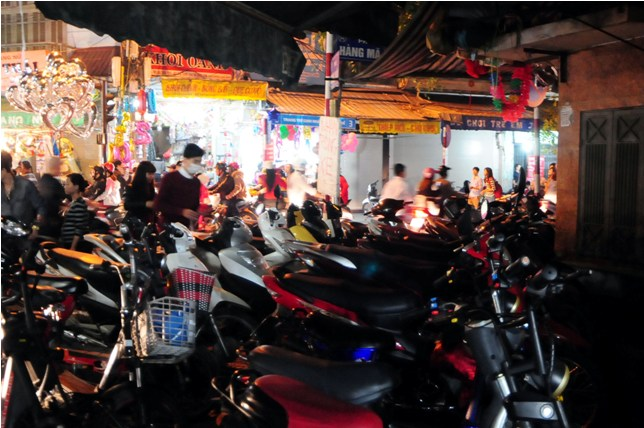 Hà Nội: Giá vé gửi xe máy tăng 10 lần trong đêm Noel - 5