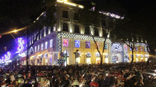 """Sốc với """"tuyết trắng"""" đêm Noel ở Sài Gòn - 1"""