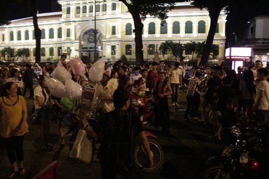 """Sốc với """"tuyết trắng"""" đêm Noel ở Sài Gòn - 10"""