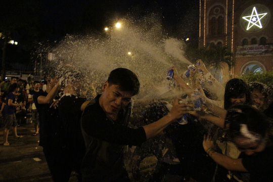 """Sốc với """"tuyết trắng"""" đêm Noel ở Sài Gòn - 2"""