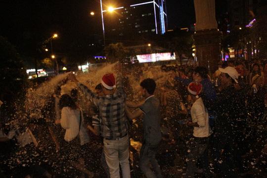 """Sốc với """"tuyết trắng"""" đêm Noel ở Sài Gòn - 3"""