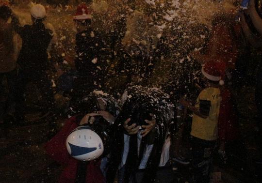 """Sốc với """"tuyết trắng"""" đêm Noel ở Sài Gòn - 8"""
