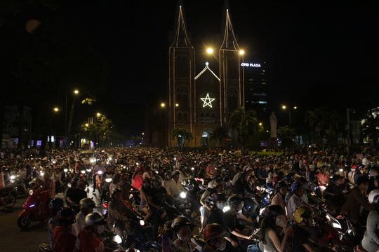 """Sốc với """"tuyết trắng"""" đêm Noel ở Sài Gòn - 13"""