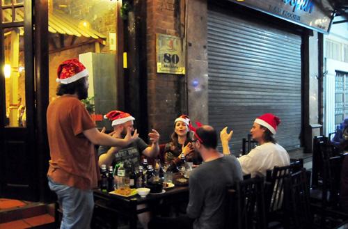Ảnh: Người nước ngoài háo hức đón Giáng sinh ở VN - 10