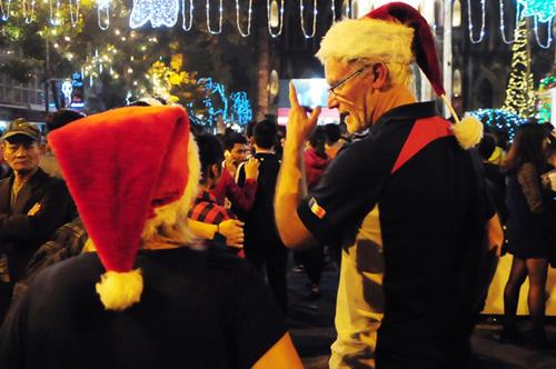 Ảnh: Người nước ngoài háo hức đón Giáng sinh ở VN - 12