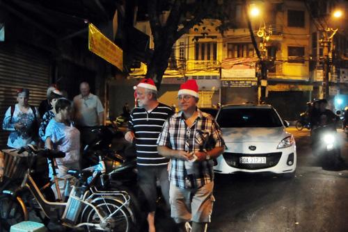 Ảnh: Người nước ngoài háo hức đón Giáng sinh ở VN - 2