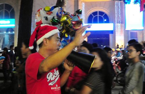 Ảnh: Người nước ngoài háo hức đón Giáng sinh ở VN - 3