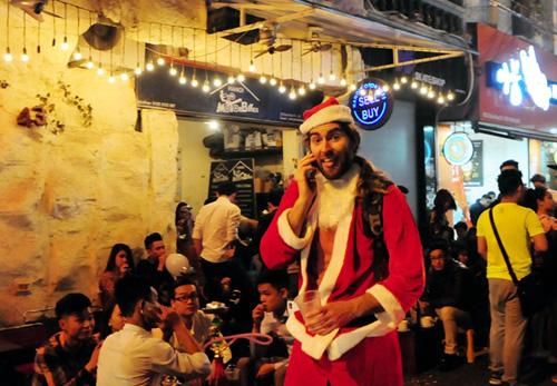 Ảnh: Người nước ngoài háo hức đón Giáng sinh ở VN - 4