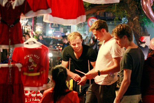 Ảnh: Người nước ngoài háo hức đón Giáng sinh ở VN - 6