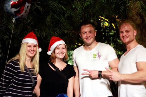 Ảnh: Người nước ngoài háo hức đón Giáng sinh ở VN - 8