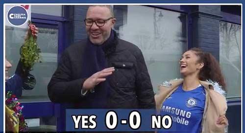 Quên thù, CĐV Tottenham hôn say đắm fan Chelsea - 1